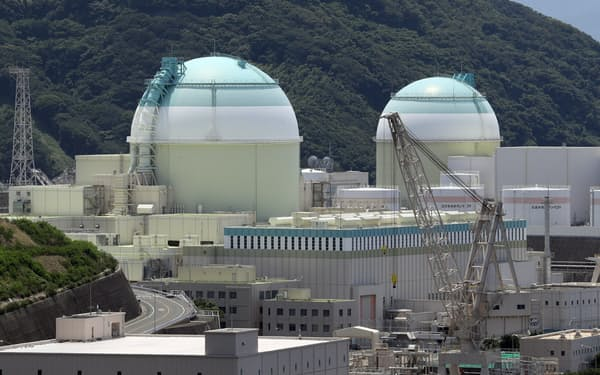 四国電力伊方原発の3号機(左)(愛媛県伊方町)