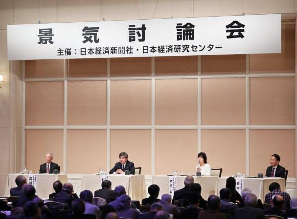 討論する(左から)高崎、杉山、中空、岩田の各氏(12日、大阪市北区)