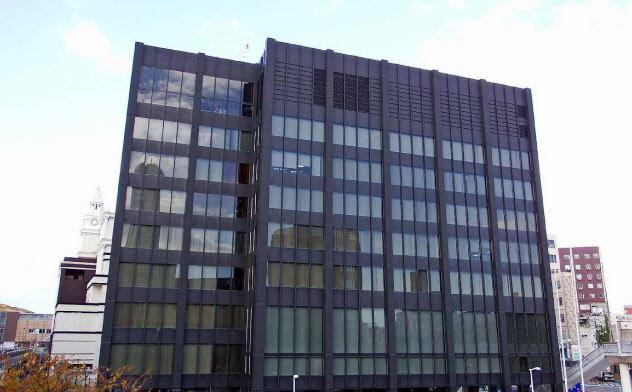 山口フィナンシャルグループと山口銀行の本店(山口県下関市)