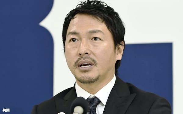 契約を更改し、記者会見する広島の長野(12日、広島市)=共同