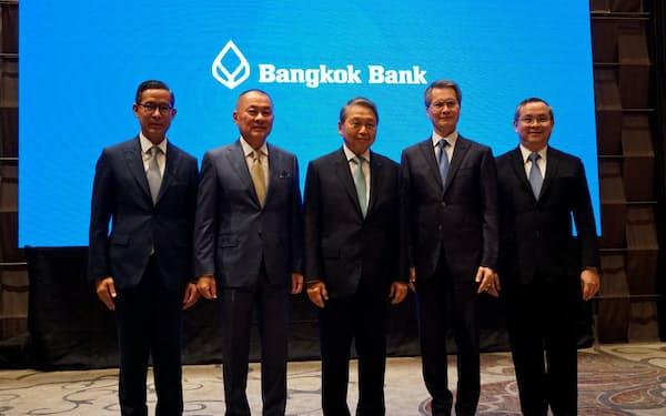 インドネシアのプルマタ銀の買収を発表するタイのバンコク銀のピティ会長(中)ら(12日、バンコク)