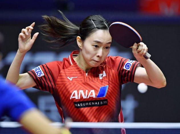 卓球グランドファイナルの女子シングルス1回戦でプレーする石川佳純。東京五輪代表の選考基準を満たし、シングルス代表入りを確実にした=共同