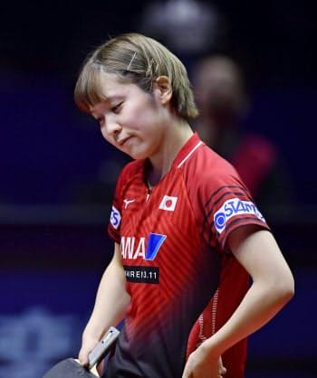 平野は中国選手に敗れ、東京五輪のシングルス代表の座を逃した=共同