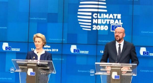記者会見するミシェルEU大統領(右)とフォンデアライエン欧州委員長(13日、ブリュッセル)