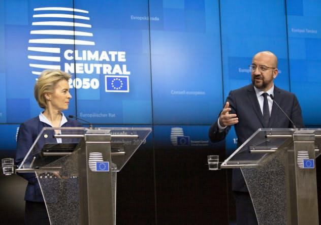 13日、記者会見するミシェルEU大統領(右)とフォンデアライエン欧州委員長
