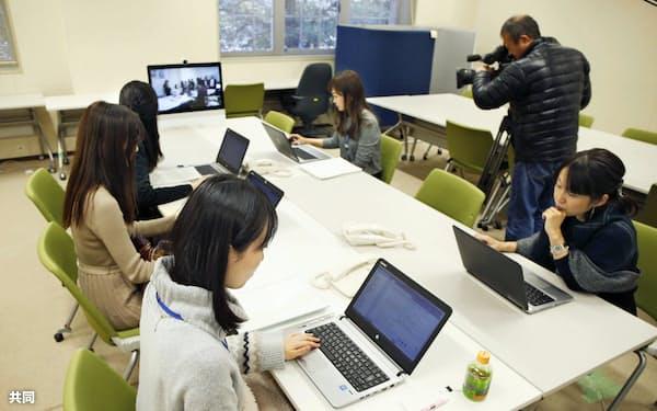 テレビ会議システムを使った模擬実験(11月26日、文化庁)=共同
