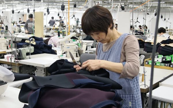 熟練工が縫製を手掛ける(オンワードの佐賀工場)