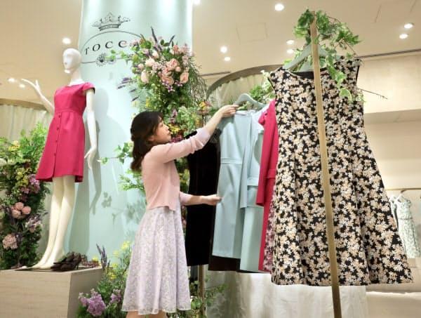 東京・銀座の店頭に並ぶオンワードの国内工場で生産した洋服(TOCCA STORE 銀座店)
