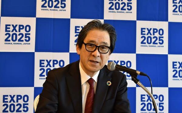 記者会見する日本国際博覧会協会の石毛博行事務総長(13日、東京・千代田)