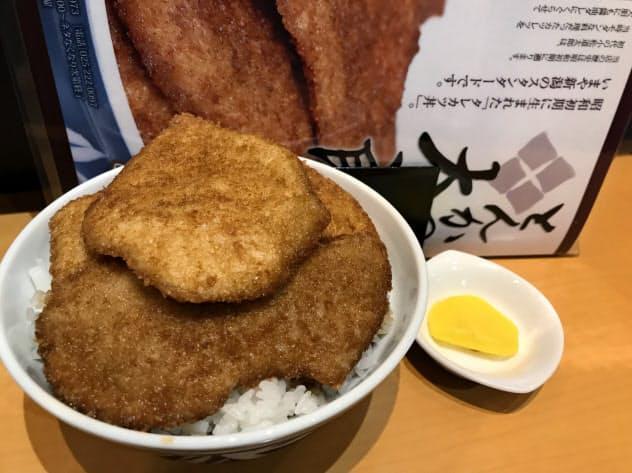 とんかつ太郎の「特製カツ丼」はご飯の上に5枚、中に2枚のタレカツを使う
