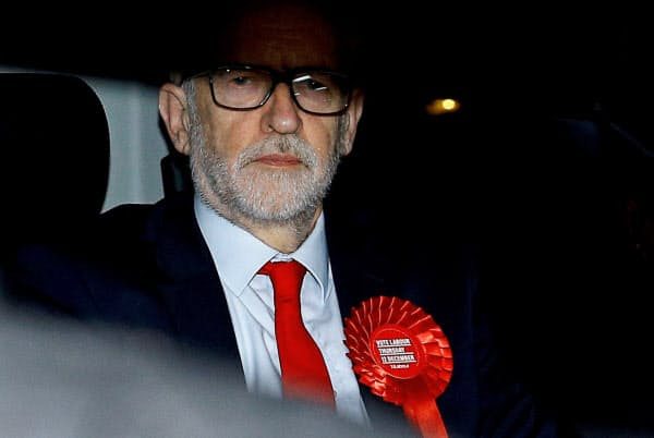 13日、労働党本部を出るコービン党首=ロイター