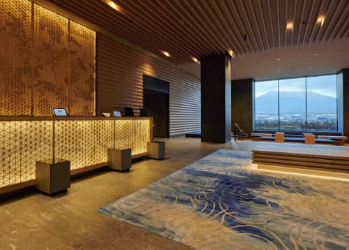 ホテルのロビーなどは日本の伝統工芸などをモチーフにした(静岡県御殿場市)