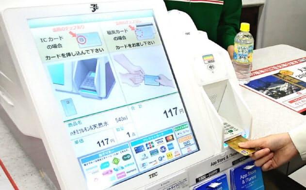 東芝テック製のレジで買い物をする客は1日に4~5千万人に達する(都内のセブンイレブン)
