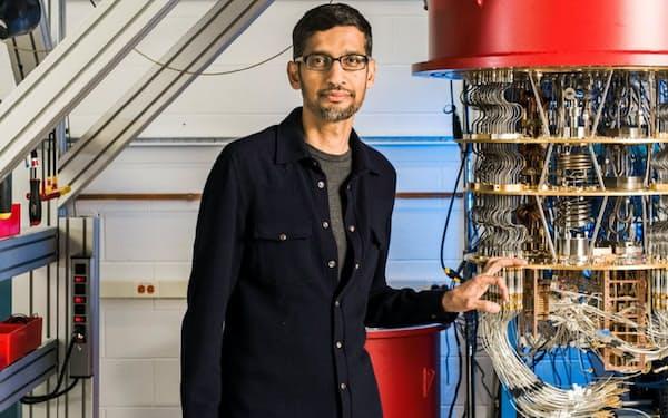 米グーグルが開発した量子コンピューターとピチャイCEO=共同通信社提供