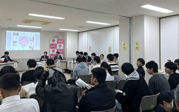 傍聴者やライブ配信の視聴者もネットを通じて投票する(東京・町田市)