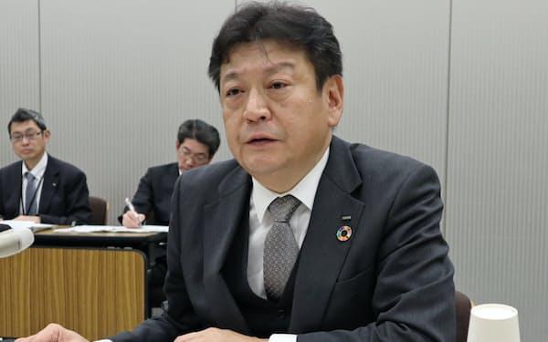 記者会見をする東電の小早川社長(13日、東京都内)
