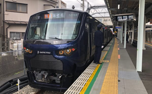 直通に合わせて導入した紺色の新車両(横浜市保土ケ谷区の西谷駅)