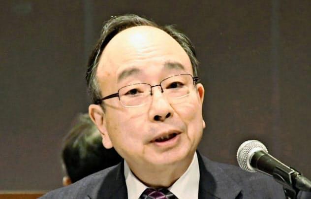 雨宮日銀副総裁は「世界経済減速の内需への影響は限定的にとどまる」と語る(写真は12日に岡山市で記者会見する雨宮氏=共同)