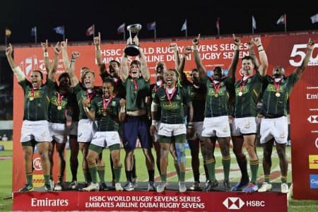 ラグビー7人制男子のワールドシリーズ・ドバイ大会で優勝した南アフリカ(7日、ドバイ)=AP