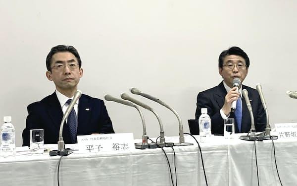 ANAHDの片野坂社長は記者会見でJALとサービス品質で競っていく考えを強調した(写真左はANAの平子社長。13日、東京都港区)