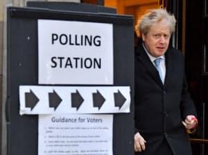 自らが率いる与党・保守党に勝利を呼び込んだジョンソン首相(12日、ロイター)