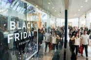 「ブラックフライデー」の買い物を楽しむ米消費者=ロイター