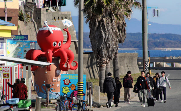 日間賀島名物のタコの像が観光客を出迎える(愛知県南知多町)