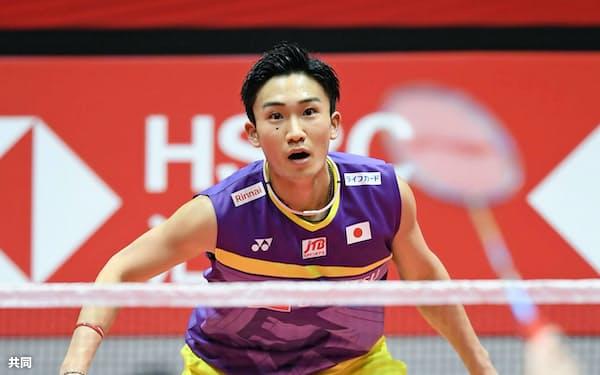 男子シングルス1次リーグ インドネシア選手(手前)と対戦する桃田賢斗=広州(共同)