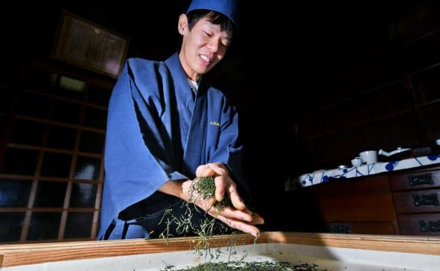 焙炉(ほいろ)の上で茶もみする上久保淳一さん=笹津敏暉撮影