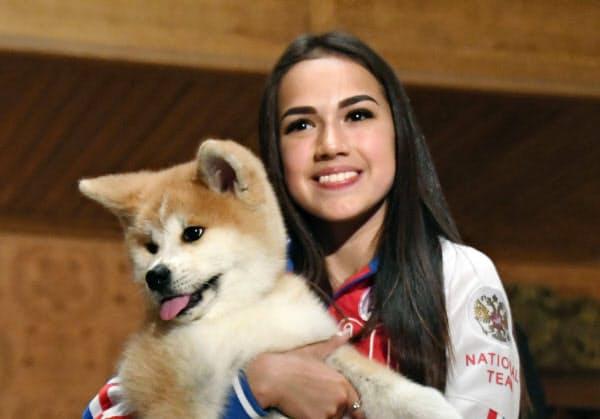 2018年5月、贈呈された秋田犬の子犬を抱くアリーナ・ザギトワ=モスクワ(共同)