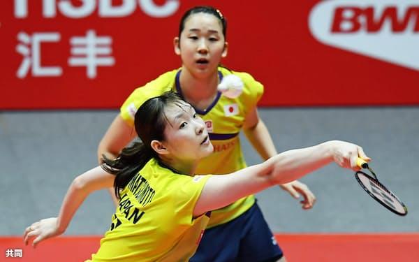 女子ダブルス1次リーグで韓国ペアに勝利した永原(上)、松本組(13日、広州)=共同