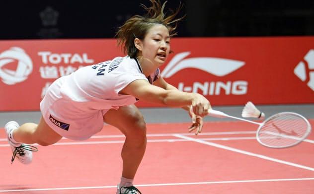 女子シングルス準決勝、台湾選手に敗れた奥原(14日、広州)=共同