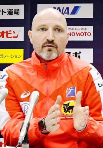 記者会見し、世界選手権で10位だった結果を総括するハンドボール女子日本代表のキルケリー監督(14日、熊本市内のホテル)=共同