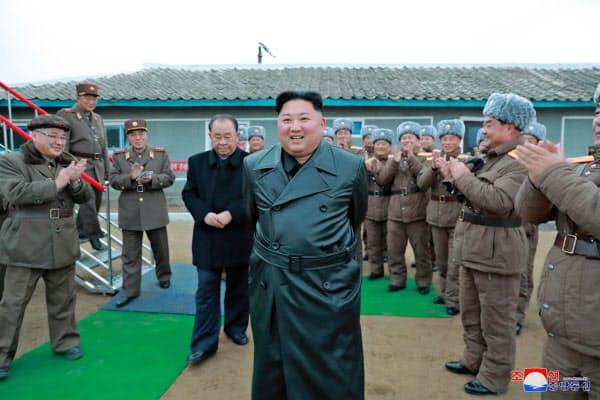 北朝鮮の国防科学院で行われた「超大型多連装ロケット砲」の試射を視察する金正恩朝鮮労働党委員長(朝鮮中央通信・共同)