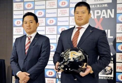 山本ヘッドコーチ(左)率いる富士通は総合力の高さを誇る=共同