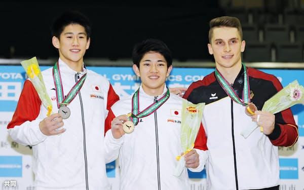 男子床運動で優勝し、メダルを手に笑顔の谷川翔(中央)と2位の橋本大輝=左(14日、豊田市総合体育館)=共同