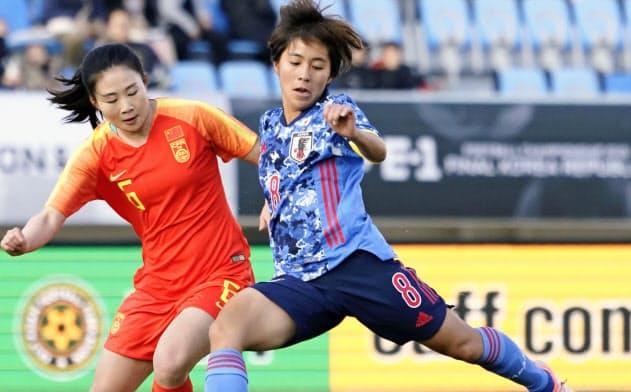 日本―中国 前半、先制ゴールを決める岩渕=右(14日、釜山)=共同
