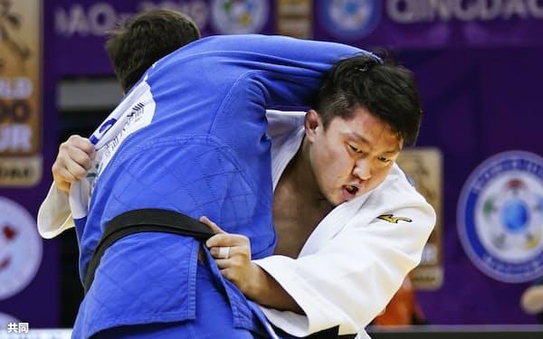 男子100キロ超級準決勝、ロシア選手(左)を破った原沢(14日、青島)=共同