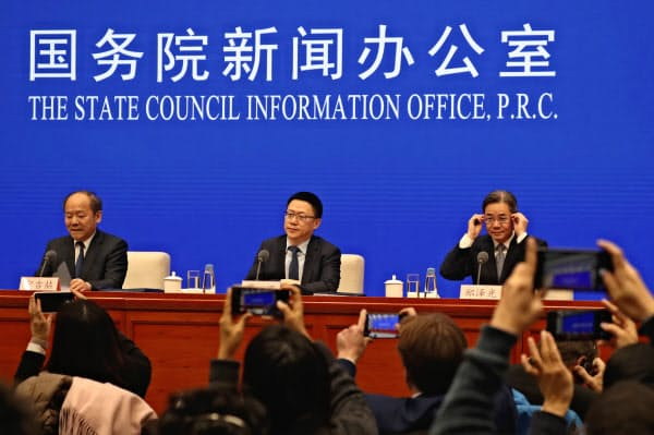 中国政府は13日深夜、異例の記者会見を開いて米国との合意内容を説明した=AP