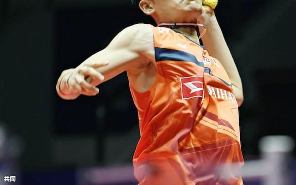 男子シングルス準決勝 台湾選手と対戦する桃田賢斗(14日、広州)=共同