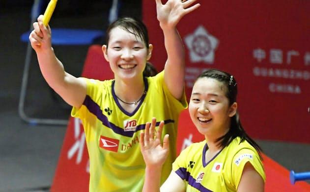 女子ダブルス準決勝 福島、広田組に勝利し歓声に応える永原(右)、松本組(14日、広州)=共同
