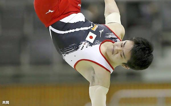 平行棒で優勝した神本雄也(15日、豊田市総合体育館)=共同