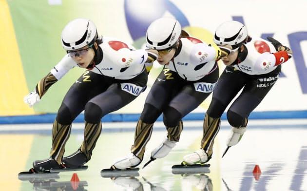 女子団体追い抜きで優勝した日本。(左から)高木美帆、佐藤綾乃、高木菜那(15日、エムウエーブ)=共同