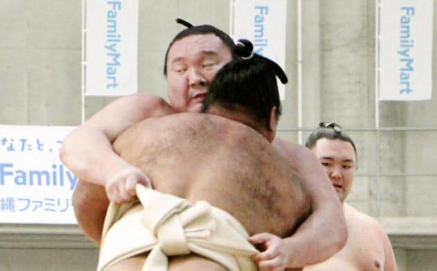 松鳳山(手前)と稽古する横綱白鵬(15日、沖縄県うるま市)=共同