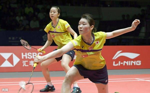 女子ダブルス決勝 中国ペアに敗れて2位となった永原(奥)、松本組(15日、広州)=共同