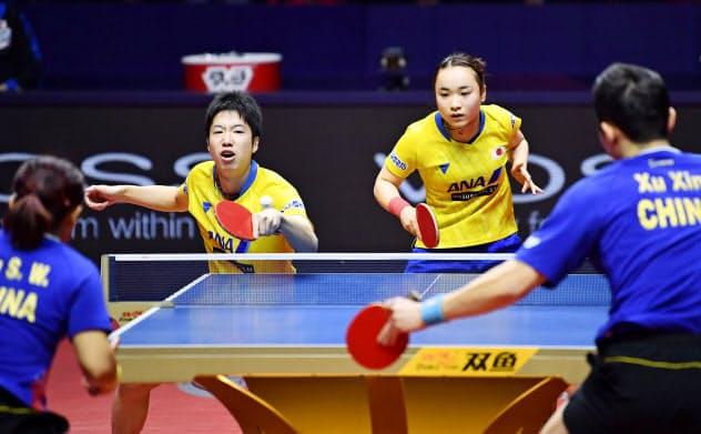 混合ダブルス決勝で中国ペアに敗れた水谷(奥左)、伊藤組=共同