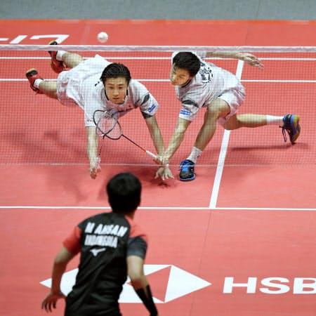 男子ダブルス決勝 インドネシアのペア(手前)と対戦する遠藤(左)、渡辺組(15日、広州)=共同
