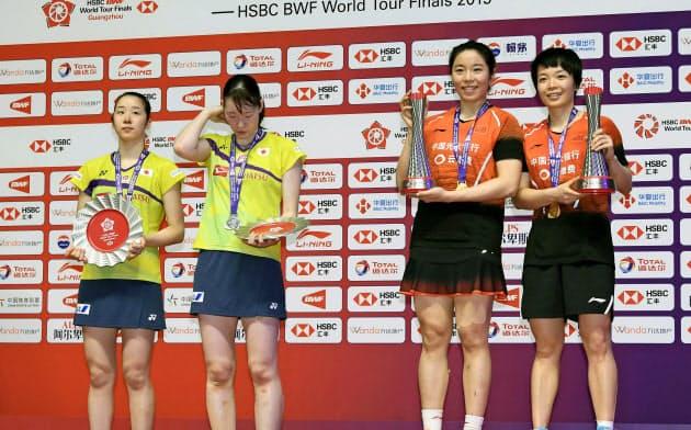 女子ダブルスで中国ペア(右側)に敗れて2位となった永原(左端)、松本組(15日、広州)=共同