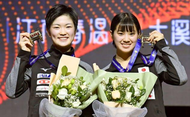 女子ダブルスで初優勝し、メダルを手にする木原(左)、長崎組(15日、鄭州)=共同