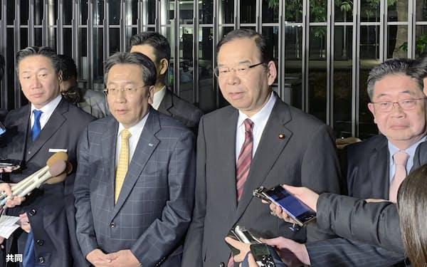 取材に応じる立憲民主党の枝野代表(中央左)と共産党の志位委員長(同右)ら(15日夜、東京都内)=共同